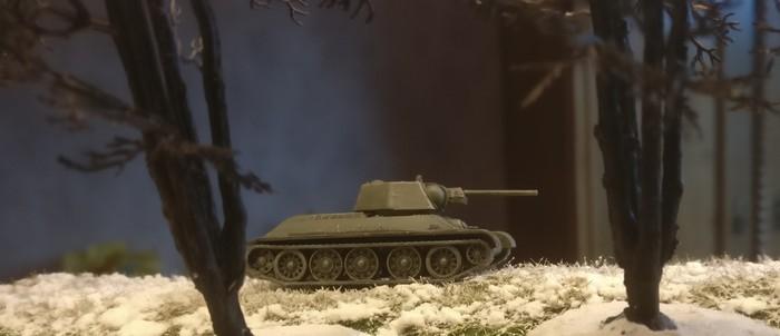 Der T-34/76 von Zvezda im winterlichen Stadtwald von Shturmigrad.