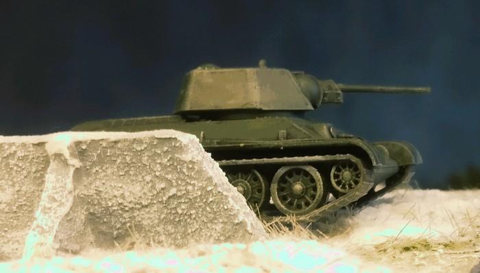 Der T-34/76 von Zvezda auf dem Gelände der Traktorenfabik, gleich hinter der Fabrikmauer.