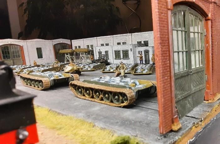 """Die beiden Nachzügler-T-34 werden in der Montagehalle des Sawod Nr. 1 """"Roter Oktober"""" mit M6-Muttern verfüllt."""