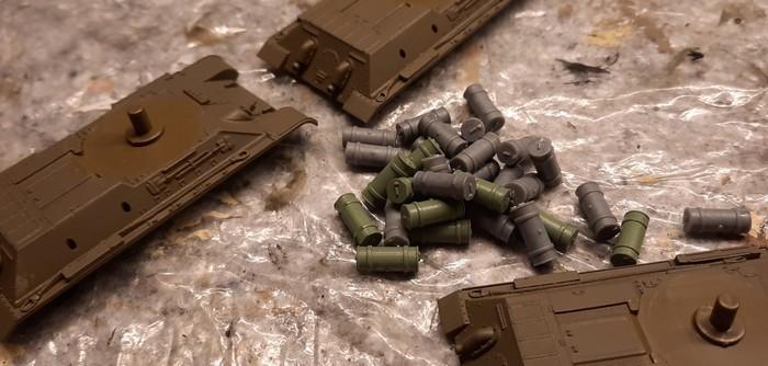 """Die achtzehn Italeri 7523 """"T-34/76 Model 42"""" aus Doncolors Spessartarmee erhalten jeweils vier Treibstofftanks. Der Fachmann wird feststellen, dass es nicht die Originalteile von Italeri sind. Diese waren nicht mehr im Materiallager aufzufinden. Da musste Ersatzmaterial von Plastic Soldier benutzt werden."""