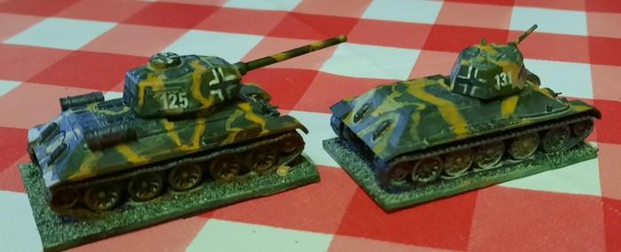 Die beiden Panzerkampfwagen 747(r) Beutepanzer T-34/76 und T-34/85 - hier noch auf dem Werksgelände der Käfertaler Motorenwerke stehend.