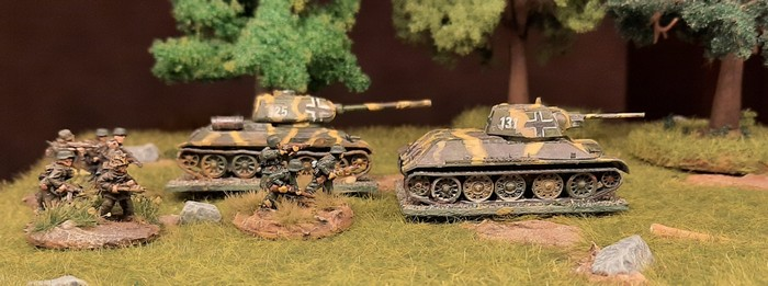 Und schon üben die zwei Panzerkampfwagen 747(r) Beutepanzer T-34/76 und T-34/85 (Baugröße 1:100, 15mm) im Shturmigrader Stadtwald in Begleitung von stürmischen Panzergrenadieren.