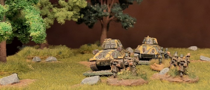 Da rumpeln die beiden Panzerkampfwagen 747(r) Beutepanzer T-34/76 und T-34/85 (Baugröße 1:100, 15mm) zur Front.