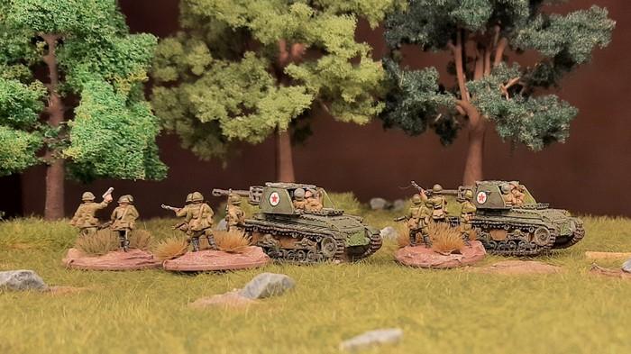 Die beiden Panzerjäger TACAM R-2  der rumänischen Armee im Einsatz mit Rotarmisten im Shturmigrader Stadtwald.