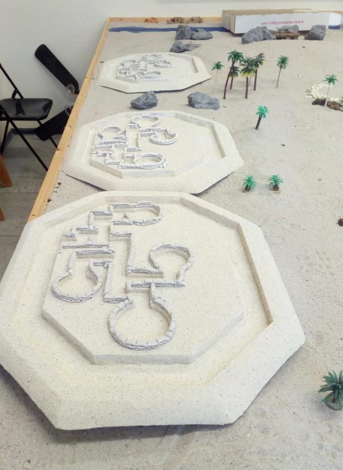 Die Stellungen und Schützengräben von Bir Hacheim wurden aus mehreren Kilo Knetmasse sowie mit Farbe versetztem Weißleim und Sand gefertigt.