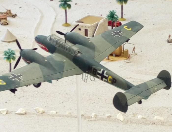 Eine Messerschmidt Bf 110 über dem Flughafen von Tobruk im Battlegroup Szenario