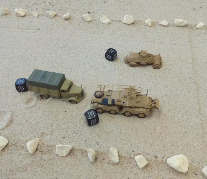 Ein Sd.Kfz. 222 und  ein Sd.Kfz. 231 Acht-Rad-Spähpanzerwagen auf dem Flugfeld des Flughafens Tobruk.