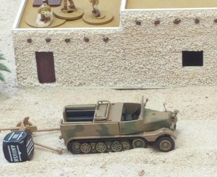 Ein Sd.Kfz. 11 und eine Pak bei Tobruk.