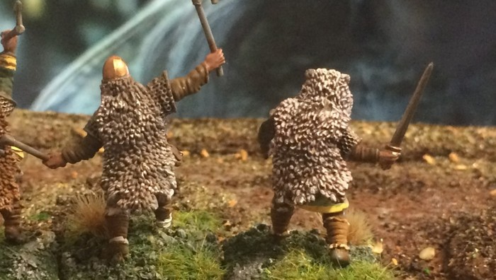 Die Berserker von XENAs SAGA-Wikinger-Armee im Garten des Wikingerhauses.