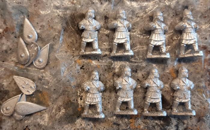 Die acht Probanten und ihre Schilde.