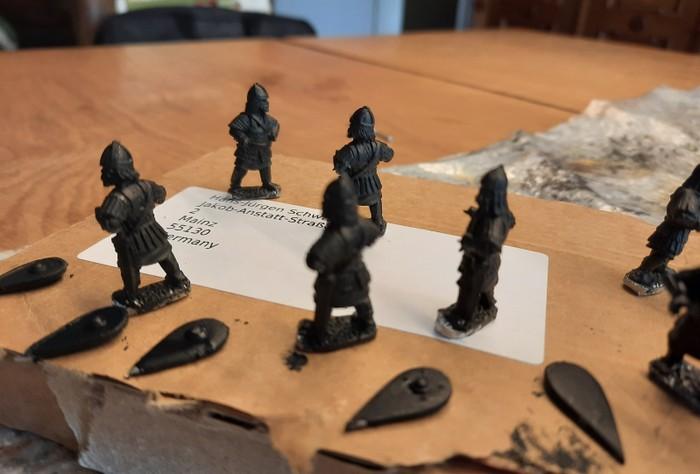 Die acht Skutatoi nach dem Grundieren mit Schwarz.