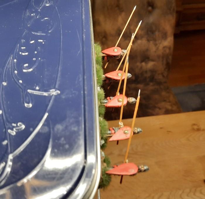 """Zum Trocknen der Klebung der Spieße und Schilde bewährt sich wieder die horizontale """"Lagerung"""" an der Seitenwand der Keksdose."""