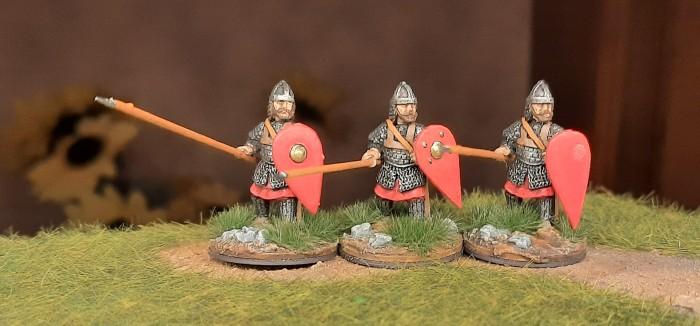 Eine Dreiergruppe der DAB0014 Skutatoi Advancing, with Lammelar Armour von Crusader Miniatures aus dem North Star Shop.