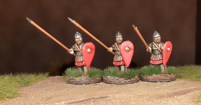 Eine weitere Dreiergruppe der DAB0014 Skutatoi Advancing, with Lammelar Armour von Crusader Miniatures aus dem North Star Shop.