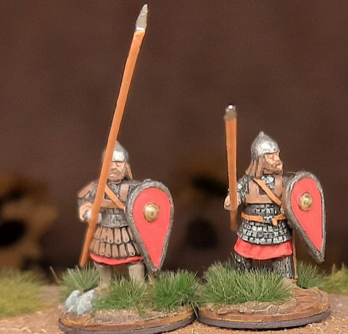 Eine Zweiergruppe der DAB0014 Skutatoi Advancing, with Lammelar Armour von Crusader Miniatures aus dem North Star Shop.