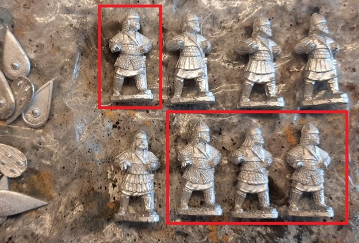 Byzantiner: Erster (Front)-Rang mit roter Markierung und 2. Rang einer Skutatoi-Einheit.
