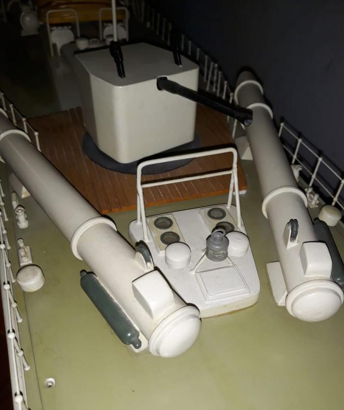 Schwere 45cm Torpedorohre an Deck des deutschen Schnellboots der Jaguar-Klasse S573.