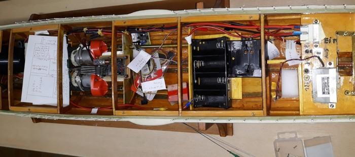 Ein Blick in das technische Innenleben des Schnellboots der Jaguar-Klasse. Man muss kein Fachmann sein, um zu erkennen, dass dieses Gefährt auf dem Wasser schipperte. Ferngelenkt natürlich. Das wird der Josef wieder flott machen, wie ich ihn kenne.