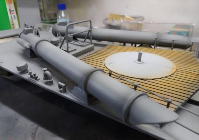 """Josef hat seiner Airgun ein wenig Arbeit verschafft. Hier wurde bereits grundiert, schattiert und die Planken wurden auch schon behandelt. Ein wenig Arbeit wartet noch, bis das deutsche Schnellboot der Jaguar-Klasse """"S357"""" wieder in See stechen kann."""