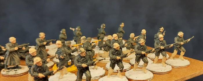 """Hier sind die Winterlinge """"Italeri Elite Troops"""" frisch basiert und die Grundfarbe wurde aufgetragen."""