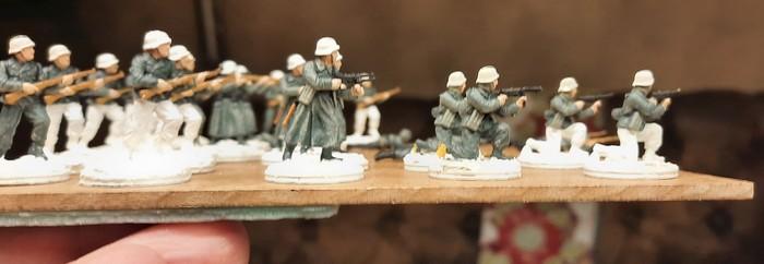 Die WIntermäntel mit Schneespuren. Das Füsilier-Regiment 27 nimmt Formen an.