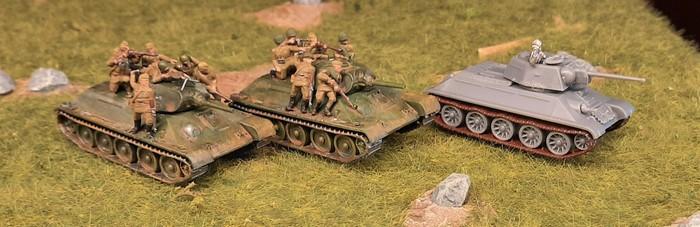 Drei T-34 von PSC mit Desant-Infanterie / Tank Ridern