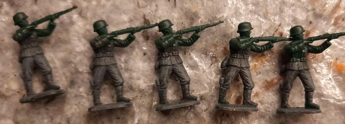 Erste Figuren des Set ESCI 0201 German Soldiers mit Grundierung und Trockenbürstung auf der Uniformhose.