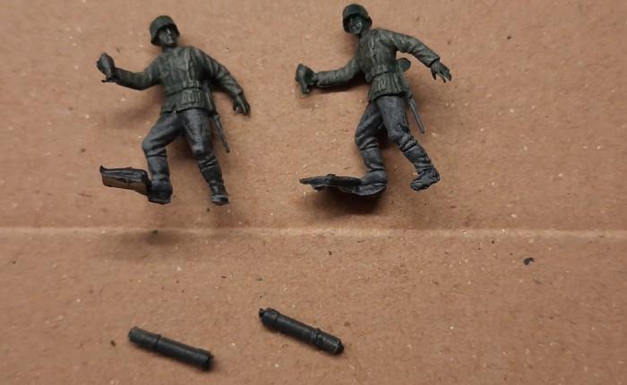 Die beiden Granatwerfer-Figuren aus dem Set ESCI 0201 German Soldiers in gelöstem Zustand.