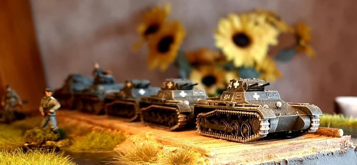Eine befreundete Panzereinhheit prescht über den Knüppeldamm.