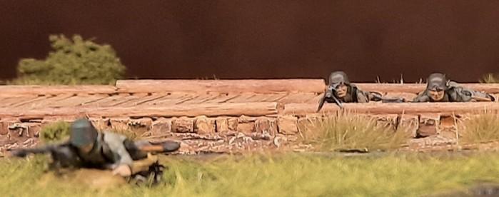 Details an den MG-Schützen von ESCI (vorne) und Matchbox (hinten): bei ESCI ist der Helm etwas tief ins Gesicht gezogen und die Zweibeine fehlen.