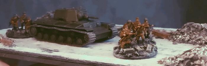 Der KV-I von Zvezda in Begleitung von drei Trupps Frontniks in  Stalingrad.