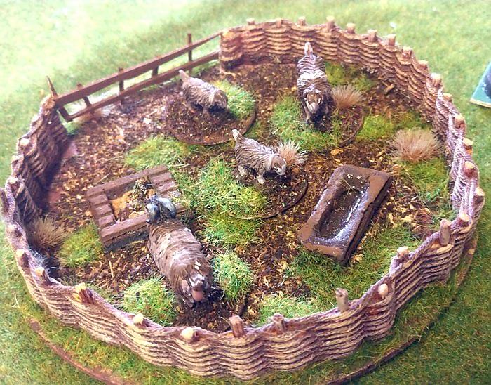 Friedvoll knabbern die Schafe in Spielfeldmitte am Grashälmchen, als würde um sie herum gar kein Gemetzel geschehen.