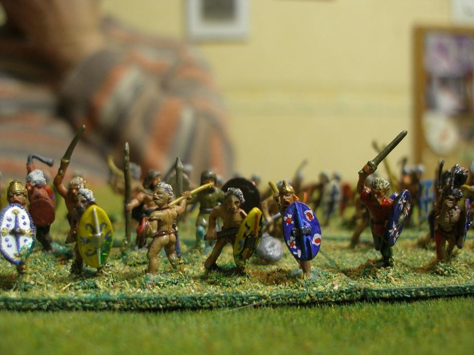 Auf der Seite der Kelten sind die fanatischen Gaesatii nicht zu halten. Sie stürmen - gellende Schreie ausstoßend- dem karthagischen Zentrum entgegen...