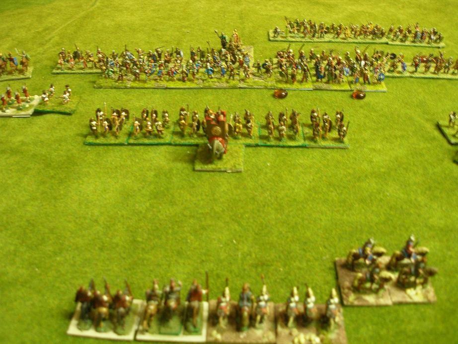 Die beiden Schlachtlinien nähern sich an. Teilweise ist schon Kontakt hergestellt  Die keltischen Gaesatii reisen erste Verluste in die Reihen der Karthager..Die zweite (spanische) Linie der Karthager steht bereit zum Eingreifen. Die punische Reiterei steht noch immer in stoischer Ruhe in Reserve.