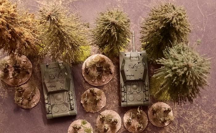 """Zwei Sturmigeschütze SU-152 als """"Sveroboj"""" in Lauerstellung bei der Panzerabwehr."""