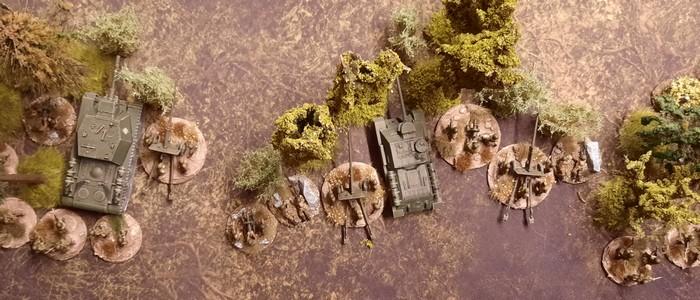Eine SU-100 der 6. Garde-Armee irgendwo bei Kursk. Auf Muddy Field, der Battle Mat von Deep Cut kommt sie gut. 100mm-Pak und Infanterie zum Nahschutz kommt dabei gut.