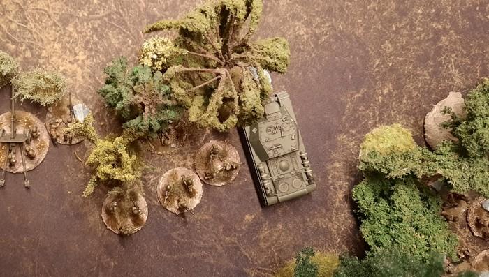 Ein SU-152 mit Infanterieschutz im Ambush.