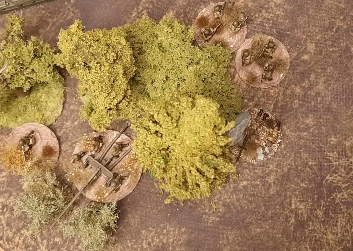 Eine gut getarnte 100m-Pak BS-3. Schützen und zusätzlich eine Panzerbüchse liegen in Stellung.
