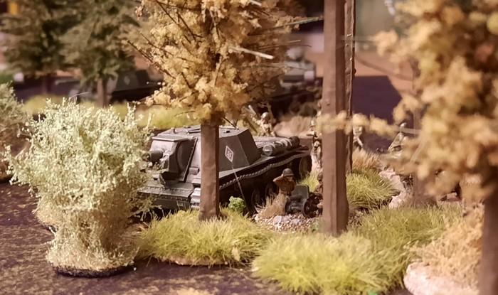 "Das gut getarnte Sturmigeschütz SU-152 Sveroboj liegt am Waldrand in Stellung. ""Kursk"" auf der Deep Cut Game Mat Muddy Field."