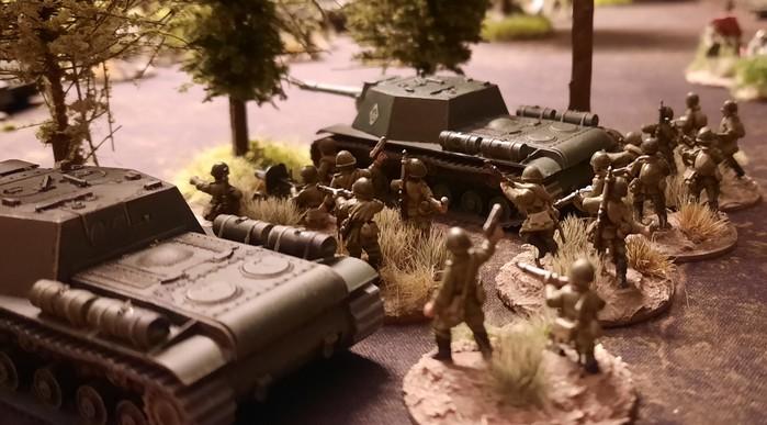 Gleich zwei russische Sturmgeschütze SU-152 liegen hier am Waldrand getarnt in Stellung und erwarten die Tiger I der schweren Panzer-Abteilung 505.