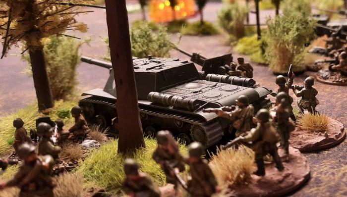Das gleiche russische Sturmgeschütz SU-152 am Waldrand in Stellung.