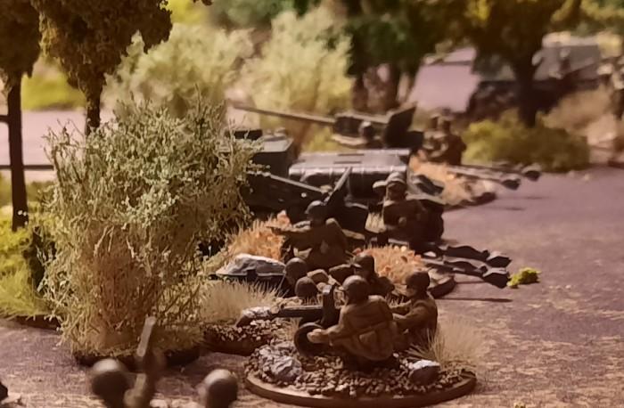 Zwei Paks und ein SU-100 in Lauerstellung. Ambush ist angesagt. Bitte den Boden beachten.Es ist die Deep Cut Battle Mat Muddy Field.