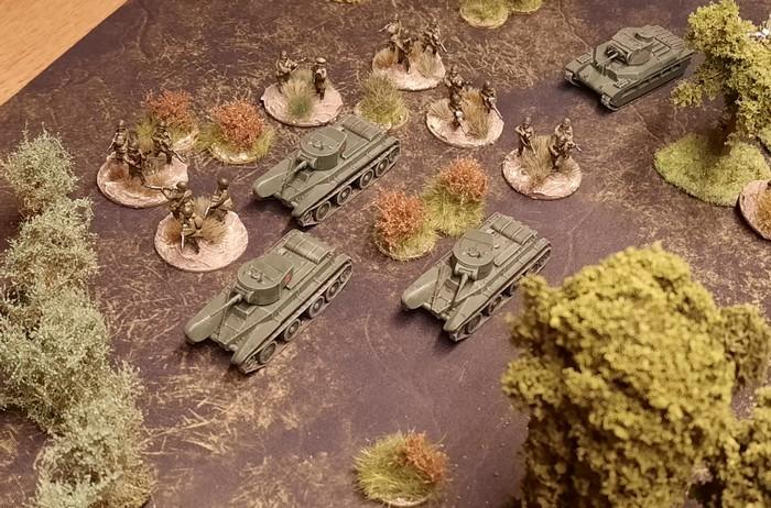 Vorstoß zur Aufklärung. Mehrere BT-5 und Schützen erkunden das gelände im Vorfeld der russischen Stellungen.