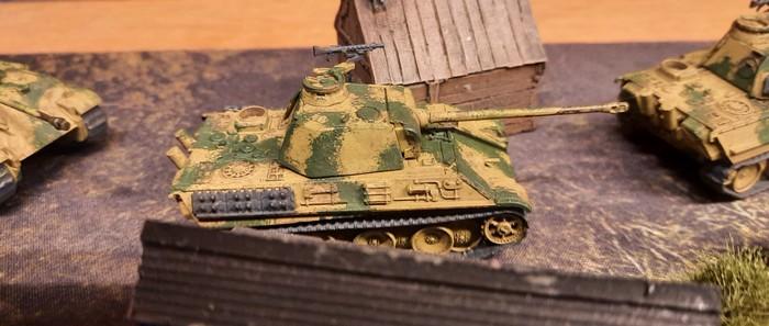 Mehrere Panther der 9. Panzerdivision rollen durch ein russisches Dorf.