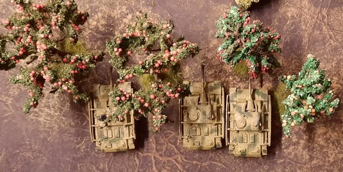 StuG forever! Ein Platoon StuG III der Sturmgeschütz-Batterie 393 im Einsatz bei Kursk. Bitte den Boden beachten: die Deep Cut Game Mat Muddy Field.