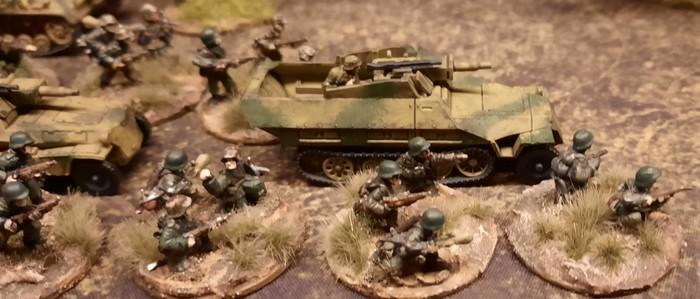 Schützenpanzerwagen des Panzer-Grenadier-Regiment 10 der 9. Panzer-Division im Vormarsch.