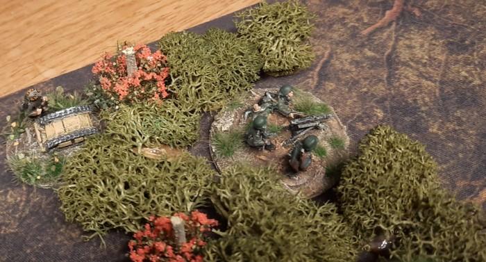 Ein MG42 in Stellung. Seitlich ein Sprengpanzer Goliath.