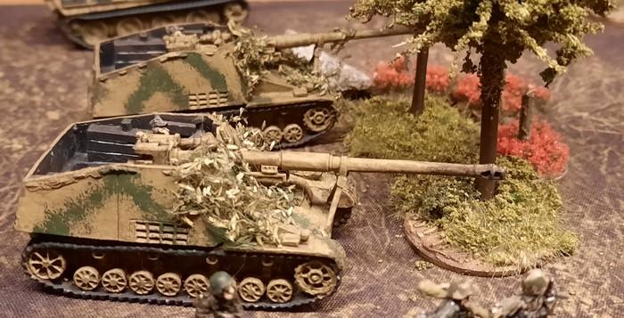 Zwei Jagdpanzer Hornisse / Nashorn der schweren Heeres Panzerjäger Abt. 525