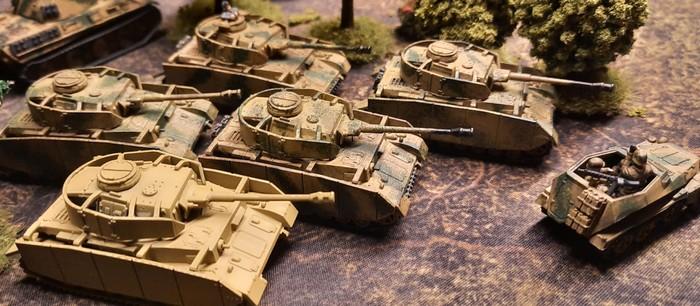 Ein Platoon Panzer IV des Panzer-Regiment 33 der 9. Panzerdivision bei Kursk.
