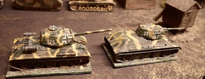 Zwei Beutepanzer sind ebenfalls im Einsatz.